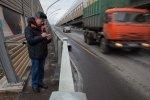 Фоторепортаж: «Жильцы дома 42 по Елагинскому проспекту считают машины, чтобы уличить чиновников во вранье»