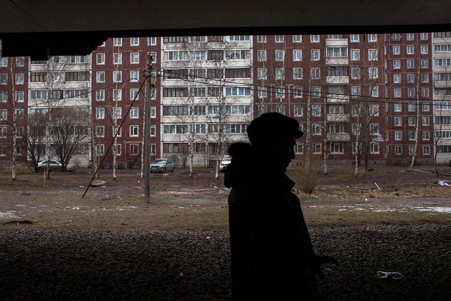 Жильцы дома 42 по Елагинскому проспекту считают машины, чтобы уличить чиновников во вранье