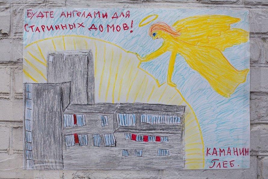 Дети и взрослые обклеили стену блокадной подстанции рисунками