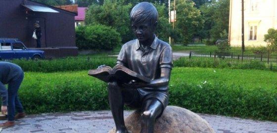 В Токсово открыли памятник читающему мальчику