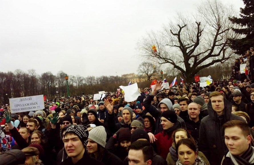 ВПетербурге протестующие бросили вполицию дымовую шашку