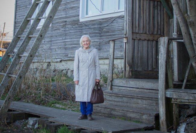 Светлана Пасюкова возле домав Подужемье, где жила в 1978 году // Фото из семейного архива