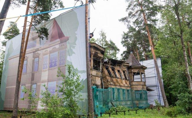 Дача Змигродского, прикрытая к мундиалю баннером (май, 2018) // Фото: newsestroreck.ru
