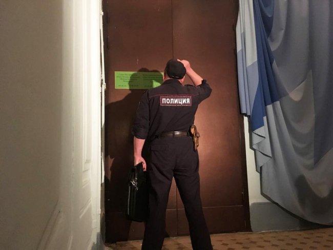 Экспонаты выставки пришлось освобождать с полицией // Фото: «Новая в Петербурге»