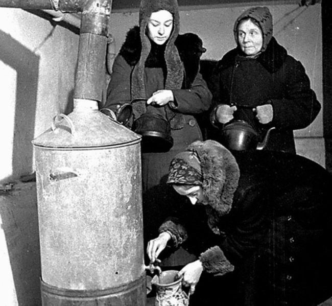 Жительницы блокадного Ленинграда набирают кипяток во время нахождения в бомбоубежище. 1942 г.