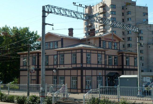 Железнодорожный вокзал в Сестрорецке // Фото: ristikivi.spb.ru