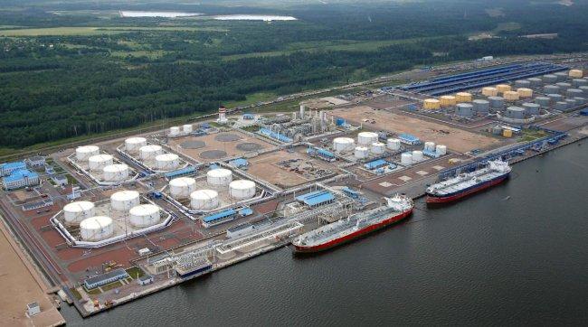 комплекс перевалки стабильного газового конденсата на Финском заливе // Фото: ust-luga.ru