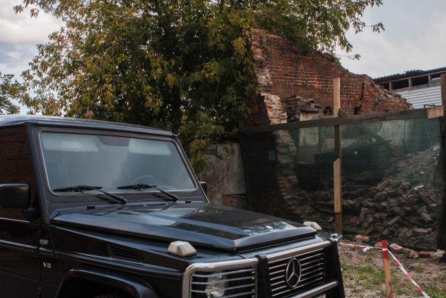Обвалившаяся стена бывшего завода. Фото Елены Лукьяновой