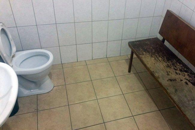 Туалет в Смольнинском районном суде // Фото: Сергей Сатановский