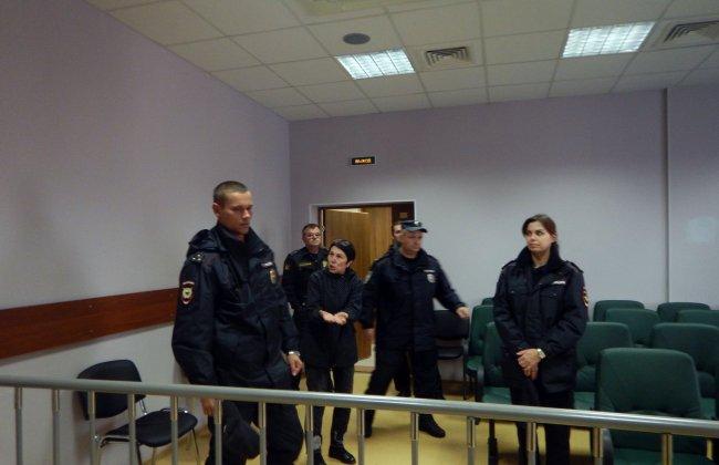Шахназ Шитик в зале суда в окружении приставов // Фото: Динар Идрисов