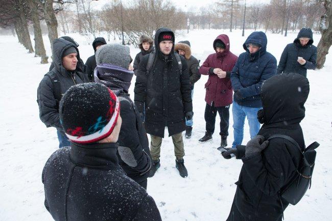 Рабочие «Метростроя» в парке у Смольного / Фото: Елена Лукьянова
