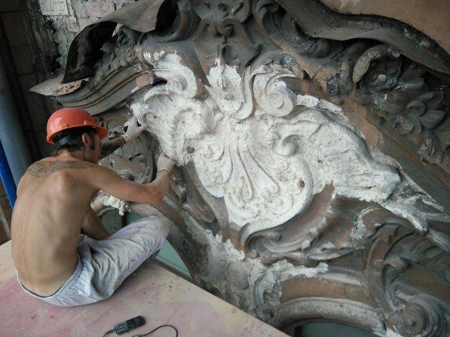 Июль 2018-го: недолгий период, когда фасадом дома Бака занимались квалифицированные реставраторы / Фото: Артем Смирнов