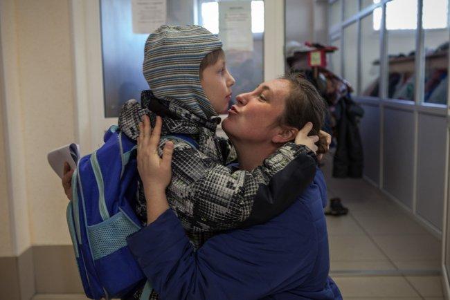 Мама встречает Ваню после занятий / Фото: Елена Лукьянова