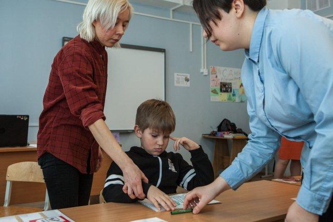 Семен занимается в классе. Рядом тьютор и учитель / Фото: Елена Лукьянова
