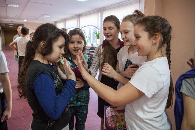 Ника играет с девочками / Фото: Елена Лукьянова