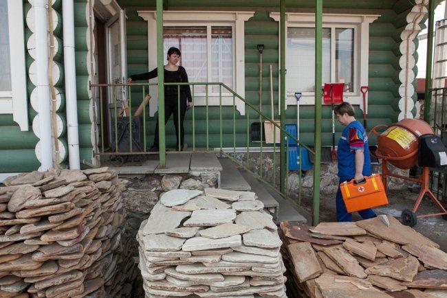 Бригада «Скорой помощи» на вызове, у магазина «Стройтовары». Фото: Елена Лукьянова / «Новая»