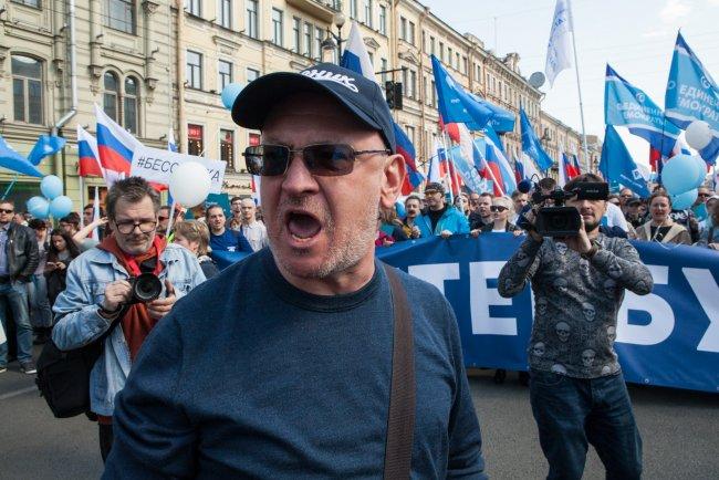 Депутат петербургского ЗакСа Максим Резник на первомайском шествии. Фото: Елена Лукьянова / «Новая в Петербурге»