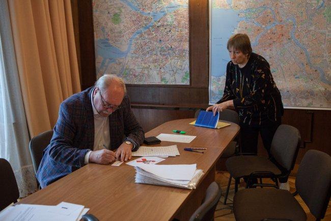 Рабочий момент во время интервью. Фото: Елена Лукьянова / «Новая газета»