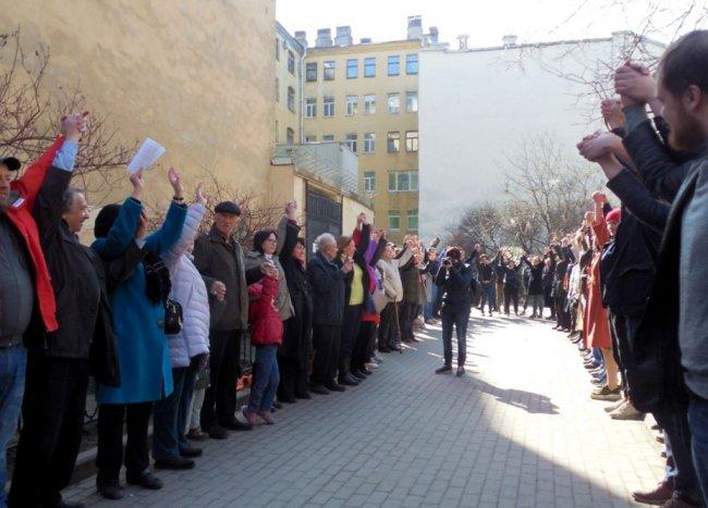 Акция «Живой щит» в Центральном районе Петербурга. Фото: vk.com/mytndvor