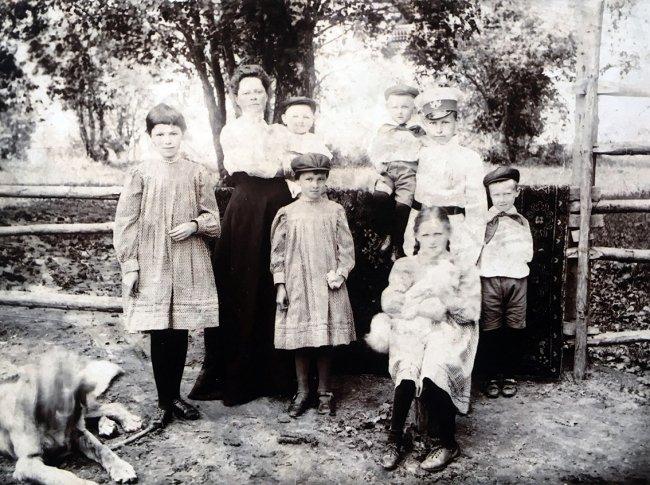 Семья Маториных, младшая (третья слева) — Нина