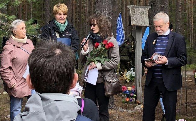 Ирина Флиге ведет траурный митинг. Фото: Даниил Коцюбинский