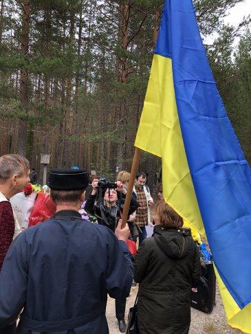 Делегация Украины на траурном митинге. Фото: Даниил Коцюбинский