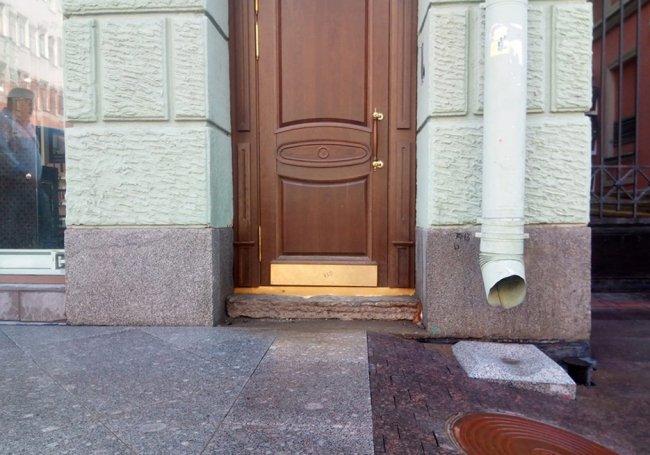 Опасный аттракцион на выходе из дома 39 на Большом проспекте П.С. Фото: Арина Журавлева