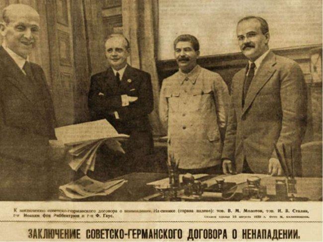 Заключение советско-германского договора о ненападении. Слева направо: Ф. Гаус, И. Риббентроп, И. В. Сталин и В. М. Молотов