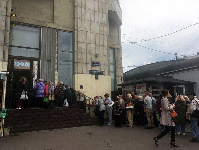 Очередь за деньгами в фотоателье на Новосмоленской набережной. Фото: Ирина Тумакова / «Новая газета»