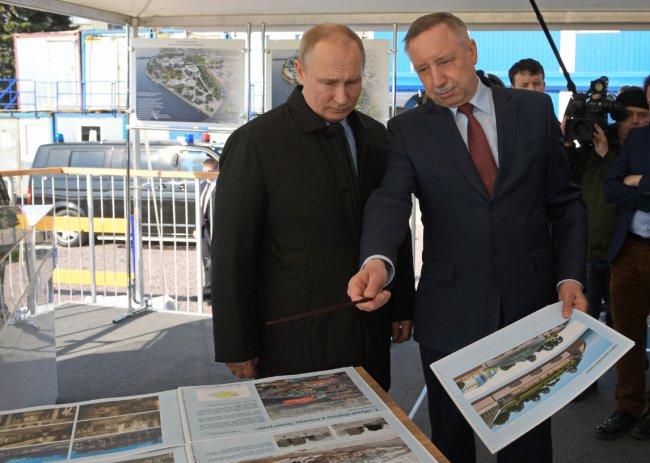 Александр Беглов показывает Владимиру Путину проект будущего парка. Фото: gov.spb.ru