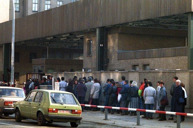 Жители ГДР у контрольно-пропускного пункта на территорию Западного Берлина. Фото: РИА Новости