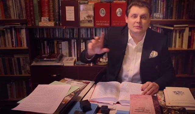 Кадр одного из серии видео, в котором популярный блогер и франкофил Евгений Понасенков критикует и даже оскорбляет Олега Соколова / Youtube