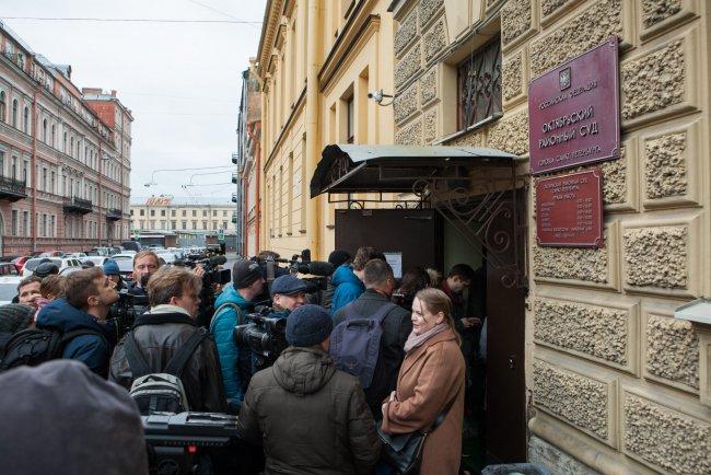 У здания Октябрьского районного суда в Петербурге. Фото: Елена Лукьянова / «Новая в Петербурге»