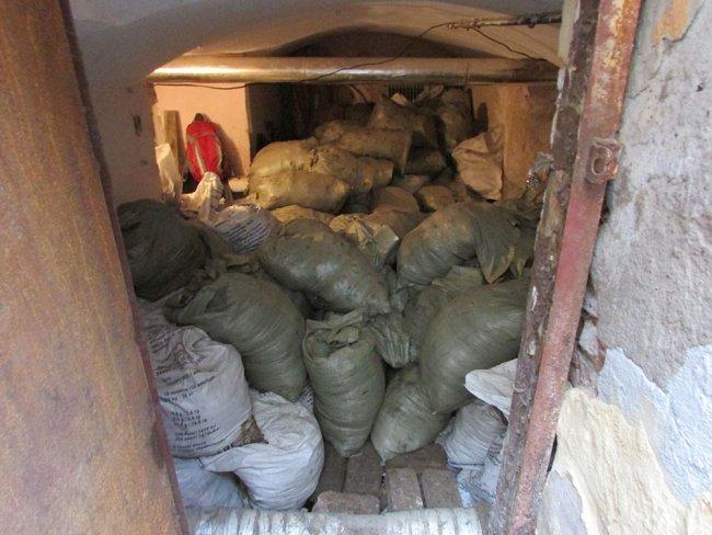 Мешки с грунтом в подвале на Стремянной, 14. Фото: Евгений Иванов