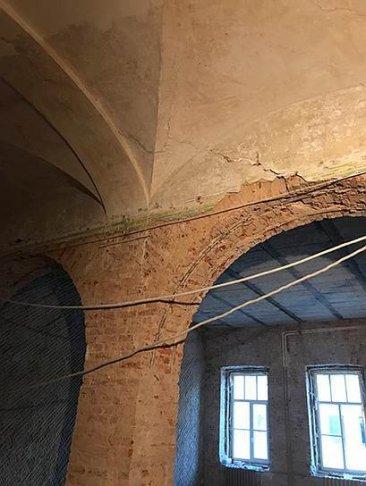 Трещина арочного столба, зафиксированная в мае 2018 года, на фото 16 февраля 2019 перед обрушением. Фото: «Петербург Реставрация»