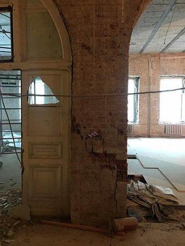 Трещина в кирпичном столбе, с которой началось обрушение несуших конструкций здания. Фото: «Петербург Реставрация»