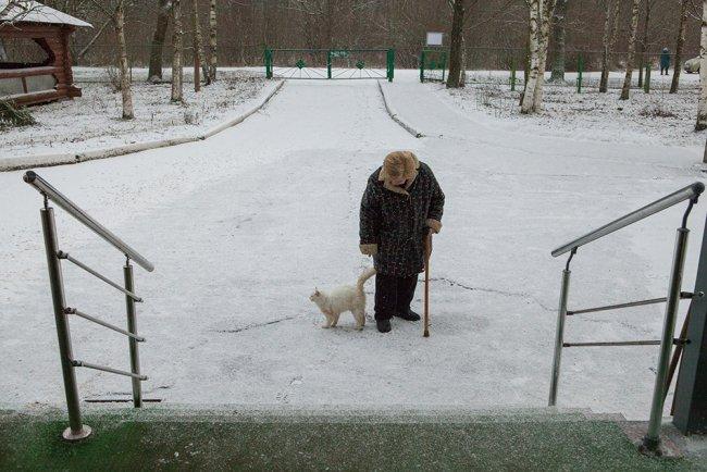 Валентина Головина с кошкой. Фото: Елена Лукьянова / «Новая в Петербурге»