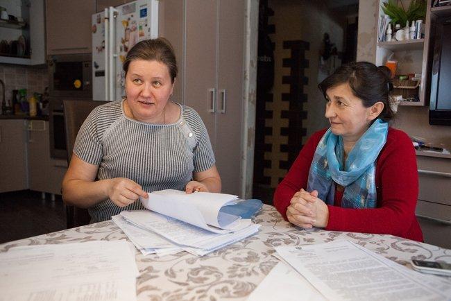 Сельский депутат Елена Серебрякова (слева) за столом у себя дома. Фото: Елена Лукьянова / «Новая в Петербурге»