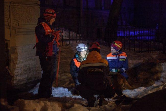 Работа МЧС на месте обрушения. Фото: Елена Лукьянова / «Новая в Петербурге»