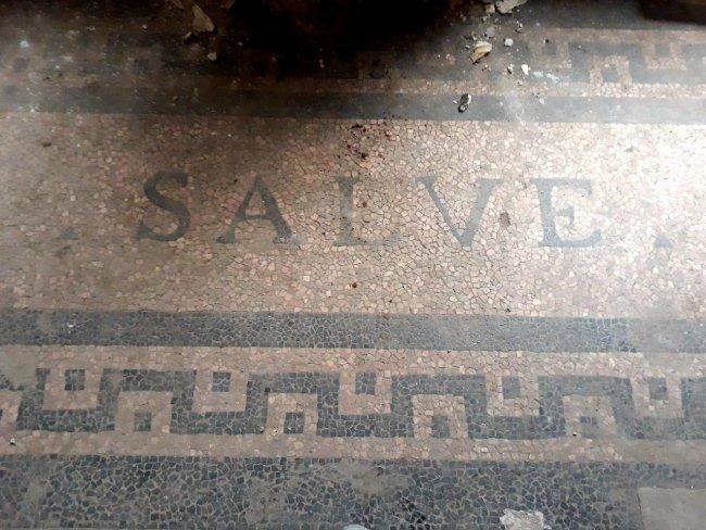 Приветственная надпись на латыни при входе в особняк. Фото: Алла Князькина