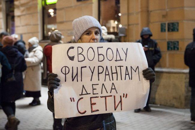Пикет перед зданием суда. Фото: Елена Лукьянова, «Новая газета»
