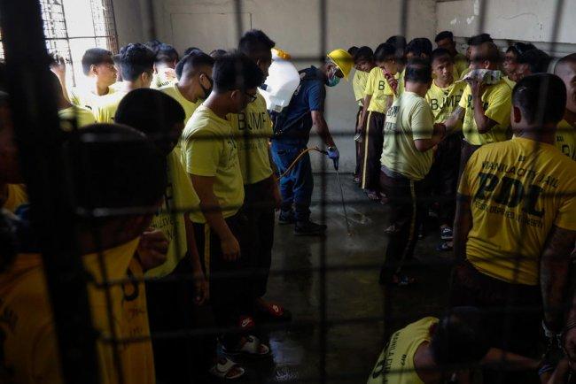 Дезинфекция одной из тюремных камер в Маниле, Филлипины. Фото: EPA-EFE