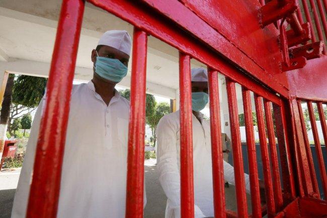 Заключенные индийской тюрьмы в защитных масках. Фото: EPA-EFE