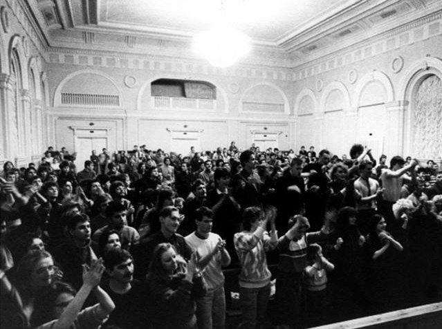 На концерте в Ленинградском рок-клубе. Фото из архива