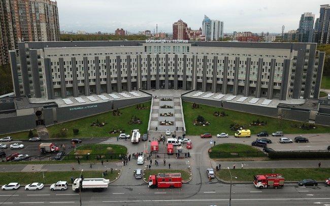 Пожарный расчеты у больницы св. Георгия. Фото: Петр Ковалев / ТАСС