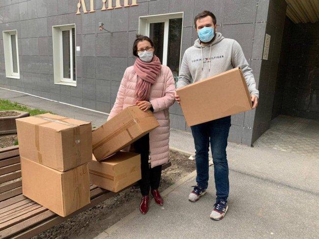 Активисты петербургского «Яблока» с комплектами средств индивидуальной защиты для медиков. Фото: @spb_yabloko