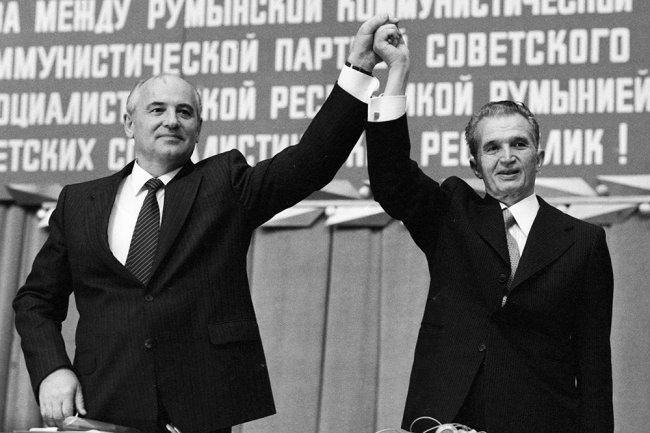 Генеральный секретарь ЦК КПСС Михаил Горбачев и Президент Социалистической Республики Румыния Николае Чаушеску на митинге советско-румынской дружбы. Фото: РИА Новости
