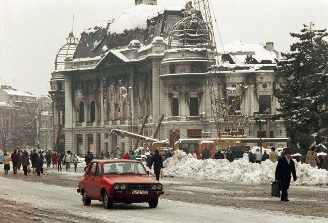 Бухарест. Декабрь 1989 г.  Сгоревшее в ходе беспорядков здание университетской библиотеки. Фото: Владимир Завьялов / ТАСС