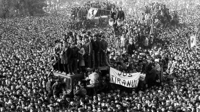 Демонстранты перед штаб-квартирой Румынской компартии в Бухаресте во время антикоммунистической революции 1989 года. Фото: Reuters
