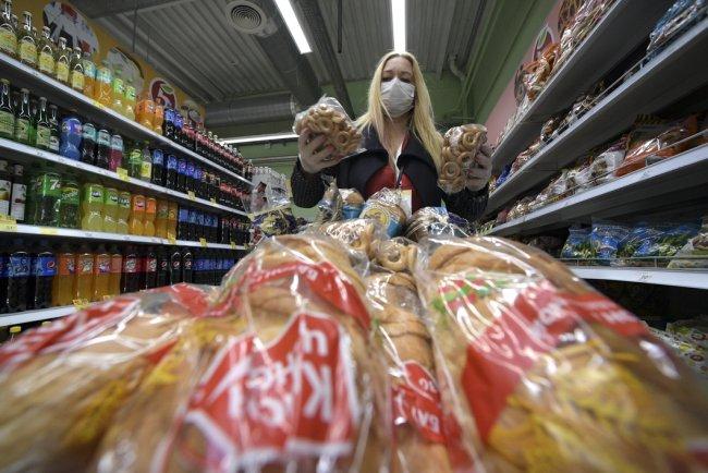 Волонтер закупает продукты для продуктовых наборов пенсионерам в Санкт-Петербурге. Фото: РИА Новости